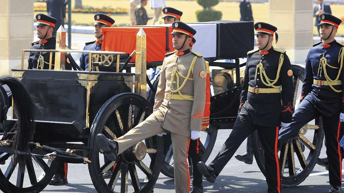 EL CAIRO. Guardias de honor escoltaron el ataúd de Hosni Mubarak durante su ceremonia fúnebre. FOTO: AFP