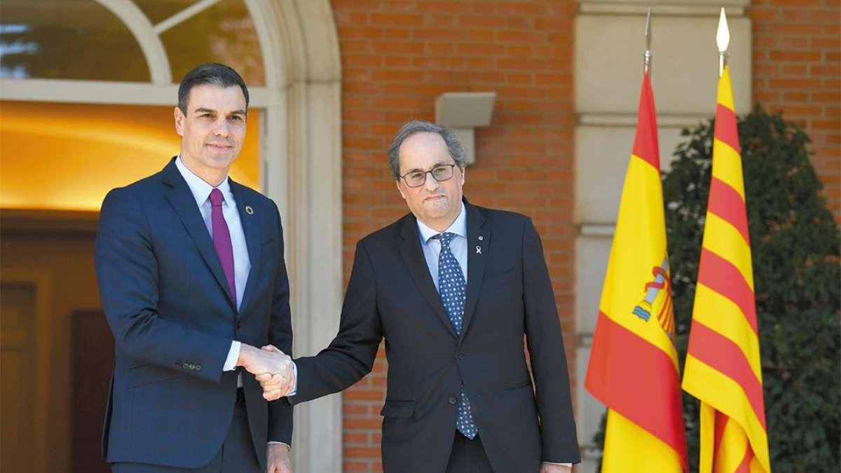 LECCIÓN. El gobierno español acogió ayer a la delegación catalana encabezada por Quim Torra. FOTO: AFP