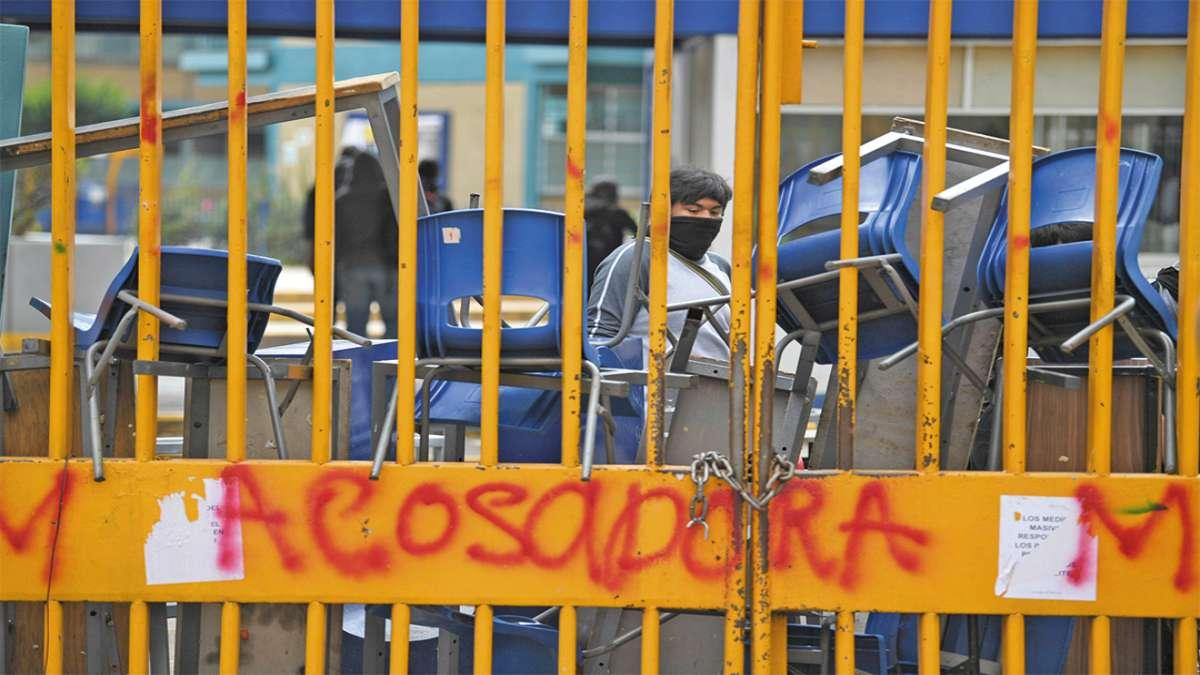 IRRUPCIÓN. Trabajadores acusaron a los encapuchados de estar armados y usar bombas Molotov. Foto: Leslie Pérez