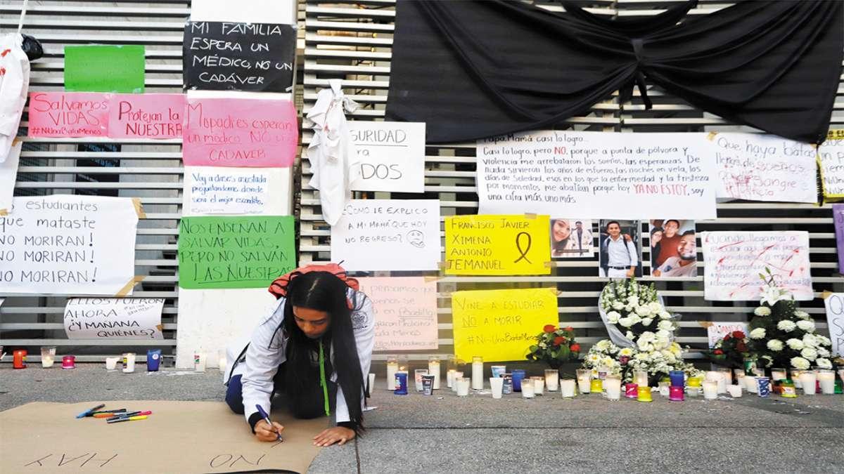 MEMORIAL. Estudiantes de la BUAP cerraron el campus y recordaron a sus compañeros. Foto: ENFOQUE