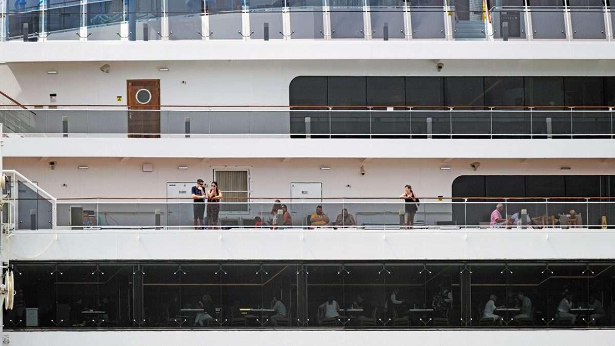 ALERTA. Personal de sanidad tomó muestras nasales a dos personas del crucero MSC Meraviglia. Foto: Especial