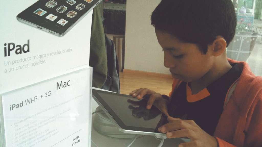CANAL. La tableta es el segundo dispositivo que más usan para ver videos y Facebook. Foto: Agencia Enfoque