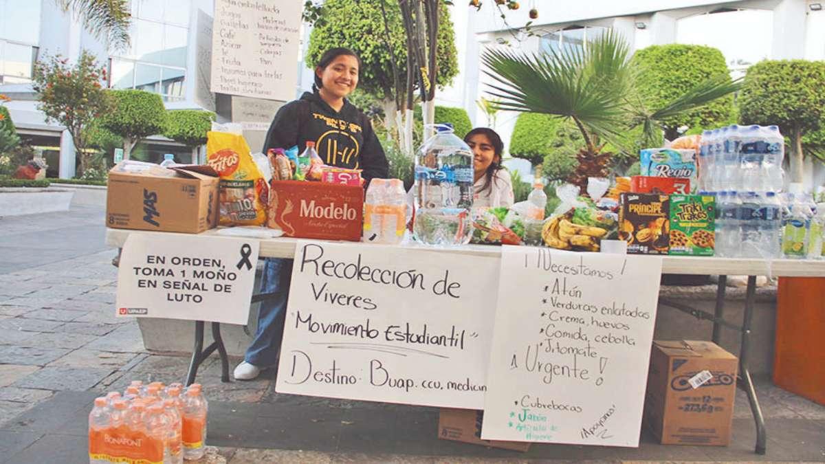 ACOPIO. Alumnos de la UPAEP reúnen víveres para sus compañeros que están en paro. Foto: Especial