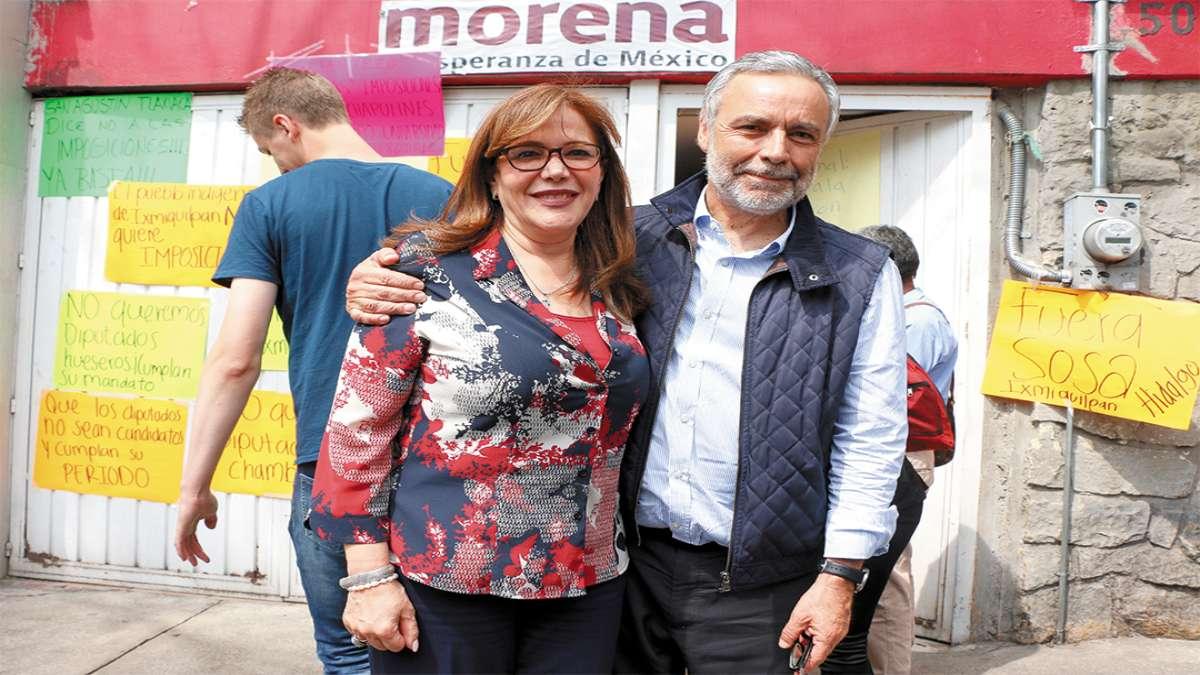 JUNTOS Y FELICES. Alfonso Ramírez Cuéllar y Yeidckol Polevnsky encabezaron la reunión del CEN de Morena en la sede del partido ubicada en la colonia Viaducto Piedad. Foto: Cuartoscuro