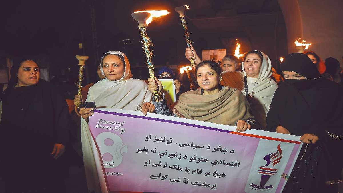 RECLAMO. Pakistaníes marcharon ayer en Peshawar para reclamar sus derechos. Foto: AFP