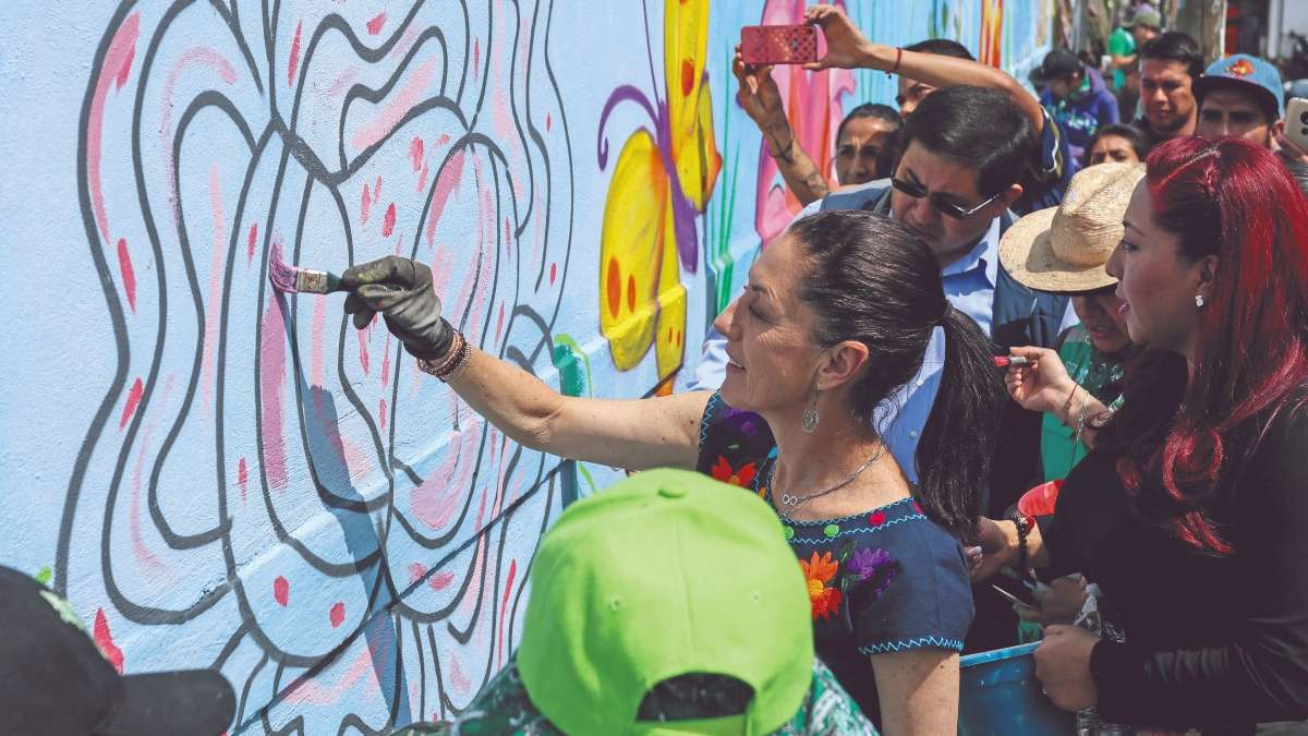 REHABILITACIÓN. Claudia Sheinbaum pintó muros en la alcaldía Xochimilco. FOTO: CUARTOSCURO