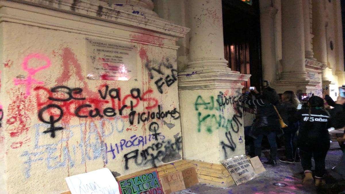 Las manifestantes hicieron pintas en la Catedral Metropolitana de Hermosillo. Foto: Especial