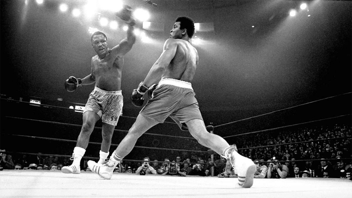 SORPRESA. Joe Frazier venció a Ali, y se llevó los títulos del CMB y AMB. Foto: Especial