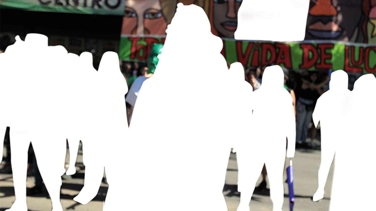 """ABORTO LEGAL. Jóvenes feministaas portaron pañuelos y máscaras verdes en favor del aborto libre. La marcha incluyó el conocido performance """"Un violador en tu camino"""". FOTO: REUTERS"""