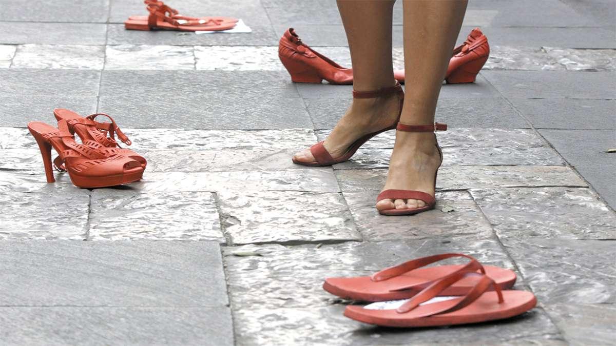 OBRA. Cada par representa la ausencia de una mujer por trata o asesinato. Foto: ENFOQUE
