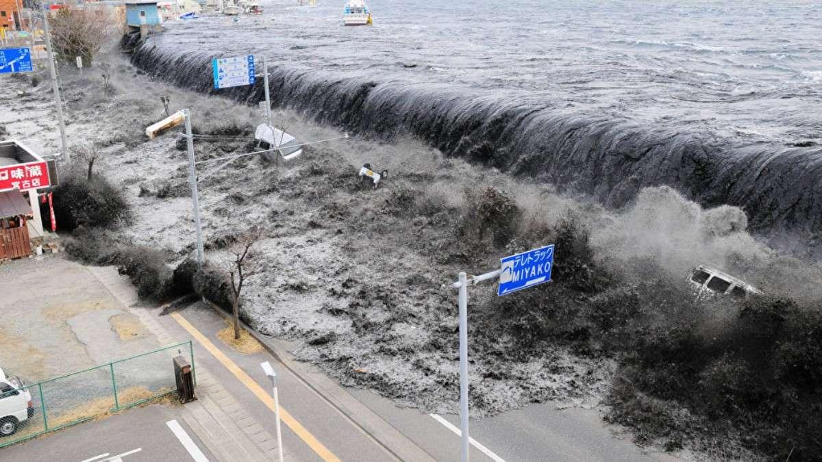 A consecuencia del movimiento el agua arrasó con todo a sus paso, incluyendo la planta de energía nuclear de Fukushima. Foto: AFP