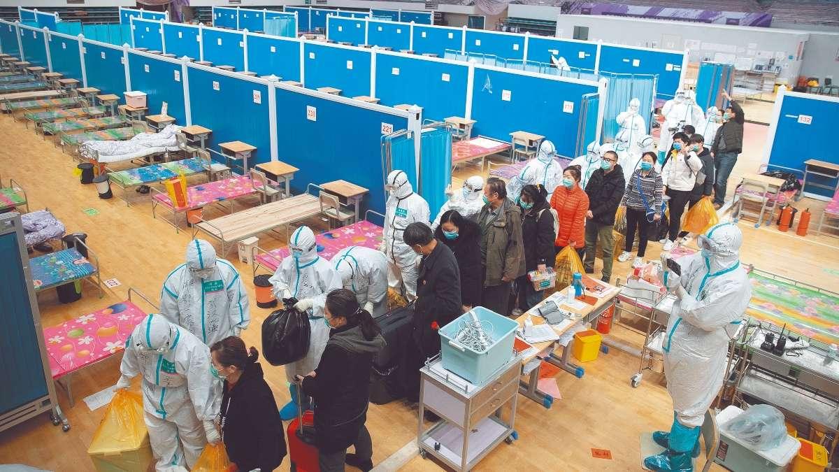 En Wuhan, las clínicas provisionales adaptadas en gimnasios y otros edificios comienzan a cerrar, debido a la reducción de casos. FOTO: EFE