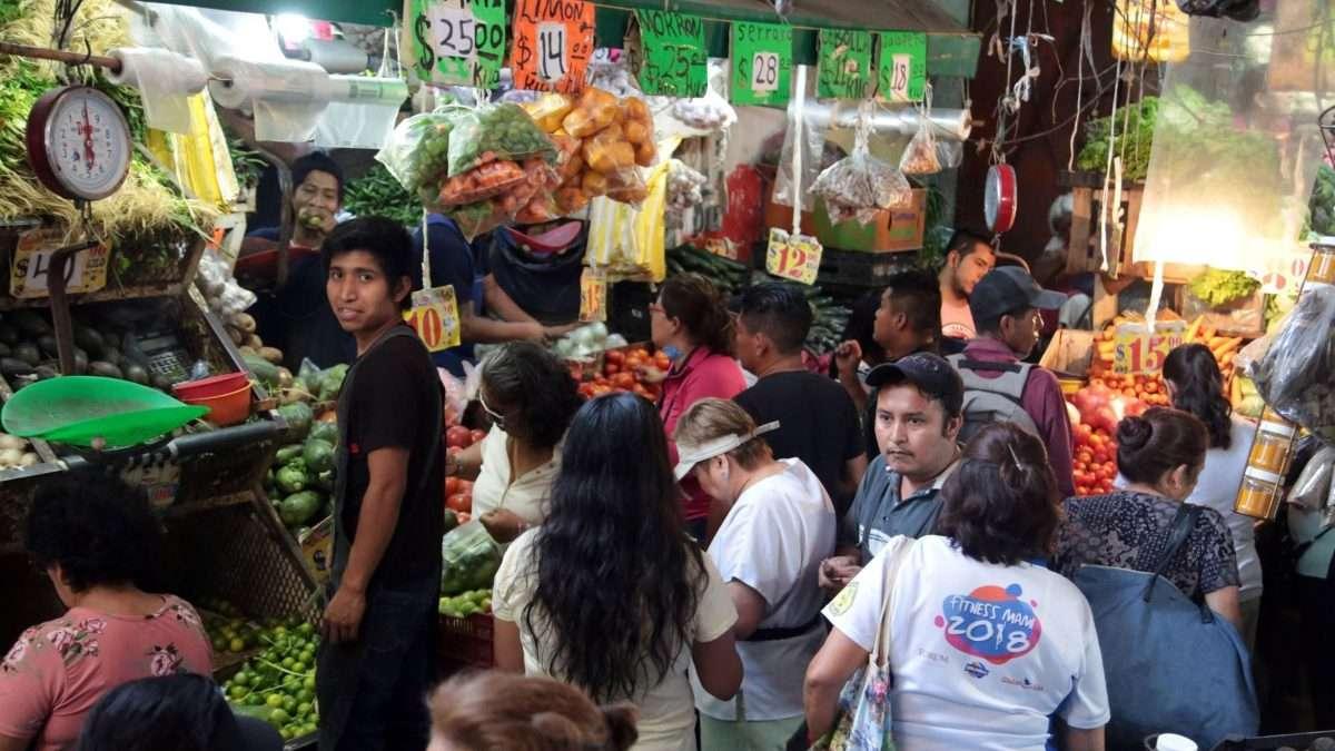 REGLAS CLARAS. Locatarios piden a usuarios no tocar los productos. Foto: CUARTOSCURO