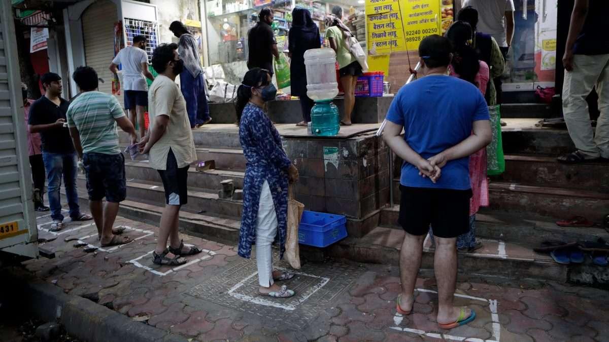 ENCIERRO. India se enclaustró ayer, el primer día de confinamiento nacional total contra la pandemia del coronavirus. Foto:AP