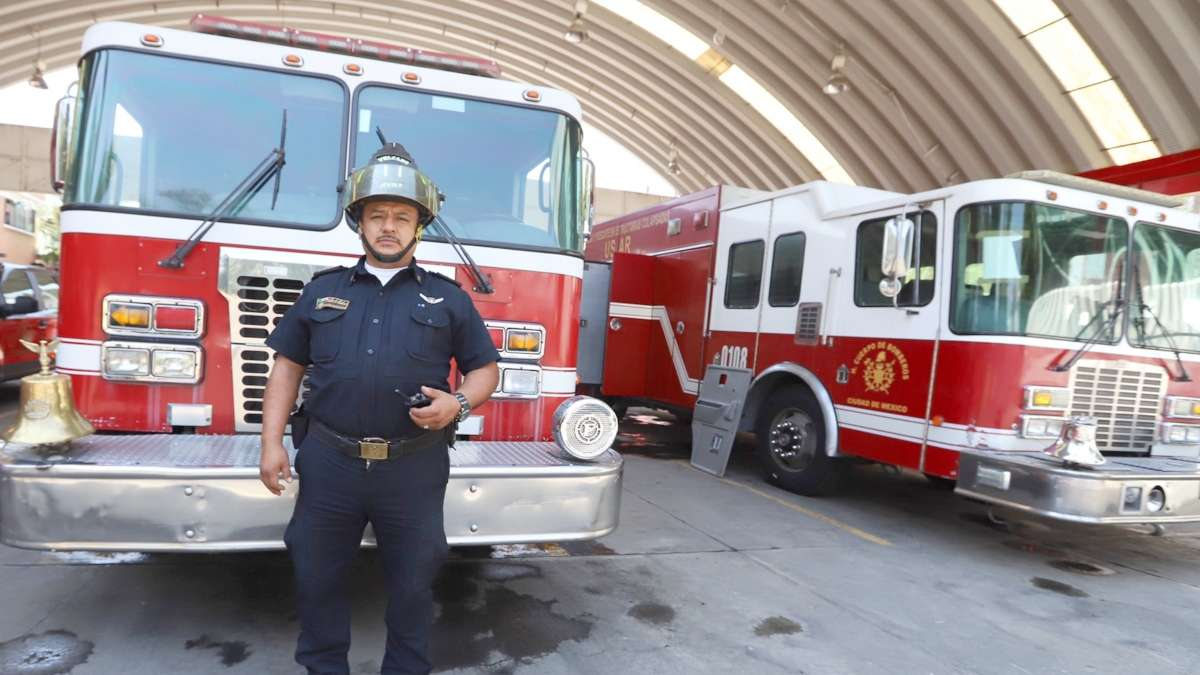 ENTREGA. Eduardo Mayén lleva 21 años trabajando como bombero. FOTO: VÍCTOR GAHBLER