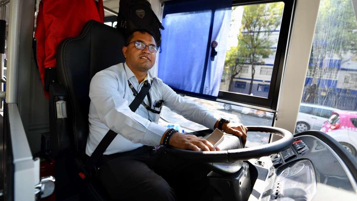 VIAJERO. José De Anda Rojas transporta todos los días a cientos de pasajeros en la capital. Foto: Guillermo O'Gam