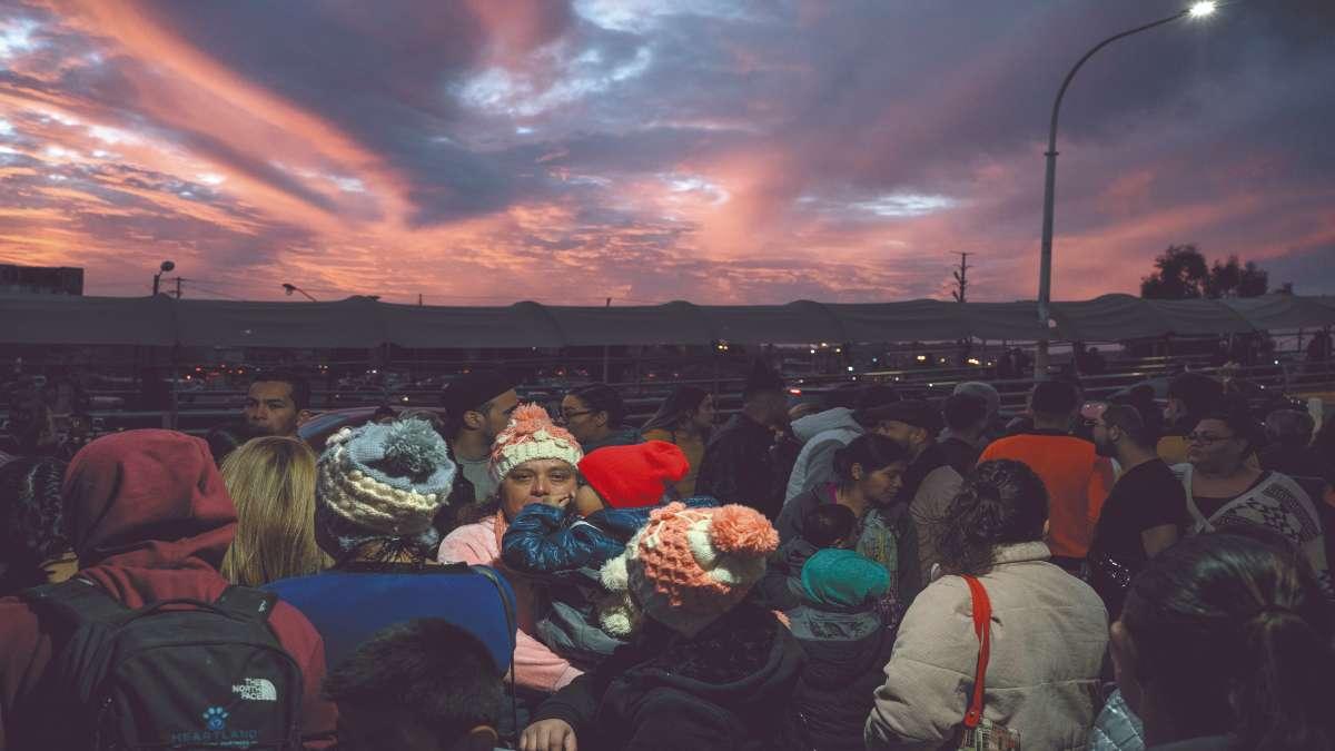 FACILIDADES. Caravanas de centroamericanos son promovidas por polleros. Foto: REUTERS