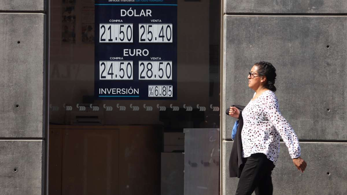 POR LOS CIELOS. El dólar cerró en 25.40 pesos  a su venta.