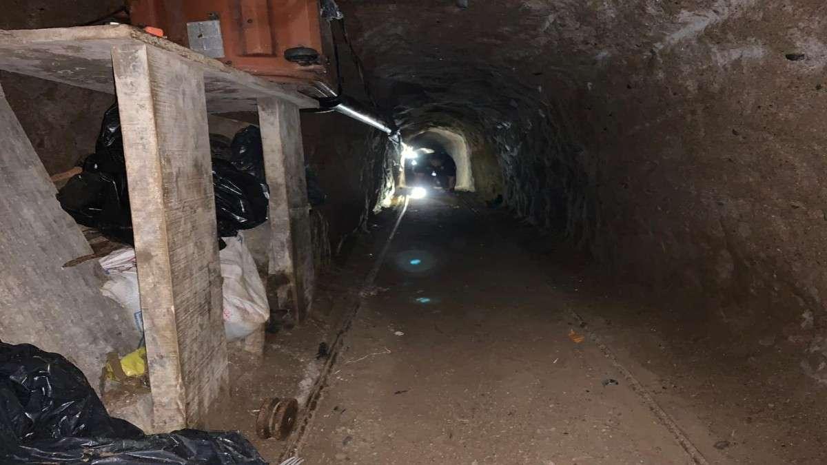 El túnel contaba con ventilación, iluminación y rieles. Foto: Especial