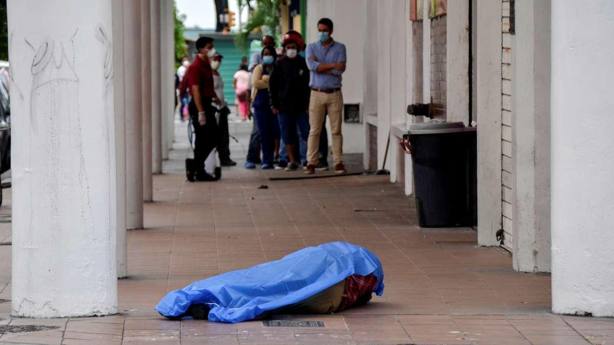 ESCENA MORTAL. Muertos por COVID o de otros males son abandonados en aceras. Foto: REUTERS