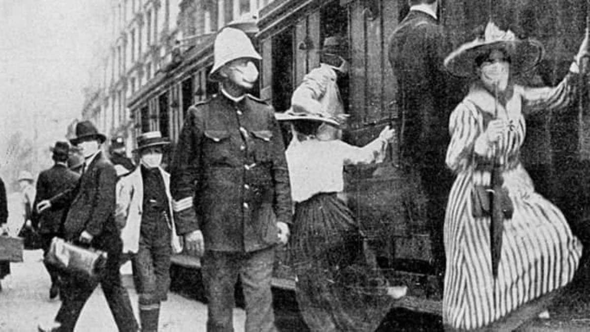 En la imagen, los habitantes abordan el tranvía ataviados con cubrebocas, mientras un oficial observa. Foto: Especial