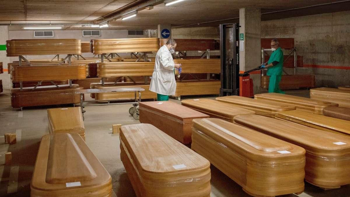 Decenas de cuerpos esperan cremación en Barcelona. Foto: AP