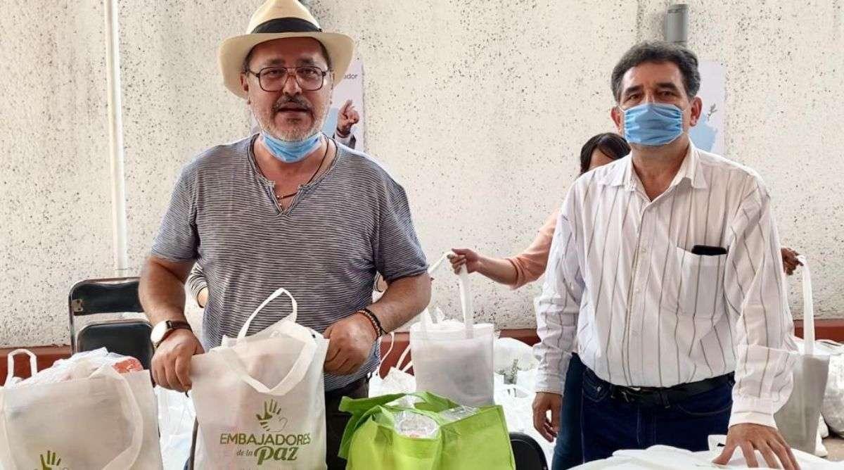 Siguiendo todos los protocolos que marcan las autoridades en materia de salud, se hace la entrega del apoyo, como una muestra de solidaridad ante la contingencia generada por el Covid-19. Foto: Especial