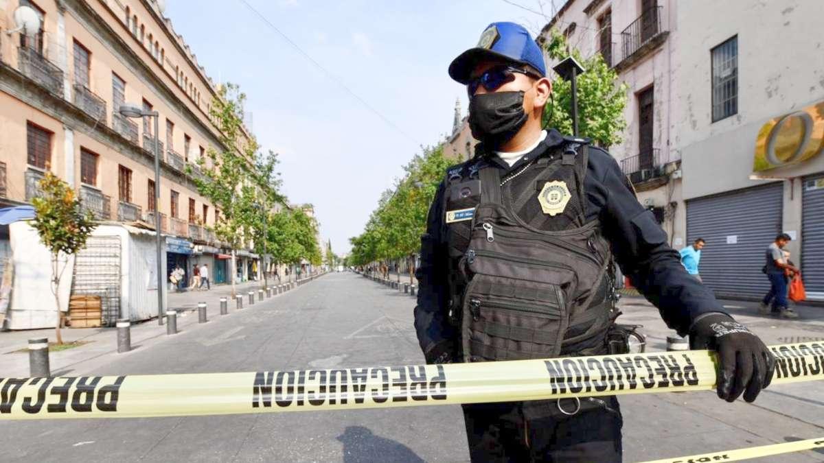VIGILAN. Elementos de Seguridad Ciudadana de la CDMX restringen el paso peatonal. Foto: Guillermo O'GAM