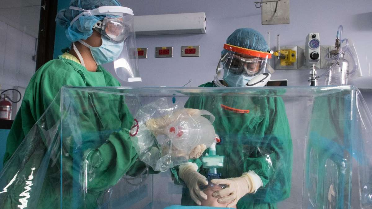 TRABAJOS. El personal de salud enseña a enfermeras cómo atender a un paciente con COVID-19. Foto: AFP