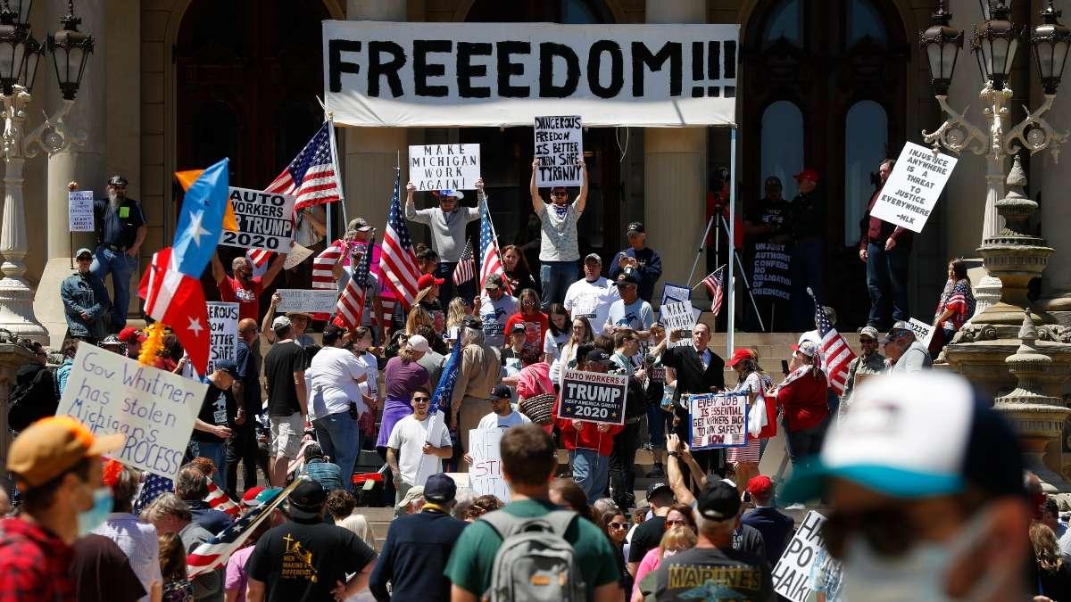 QUEJAS. El Capitolio en Lansing, Michigan, fue abarrotado por manifestantes. Foto: AP