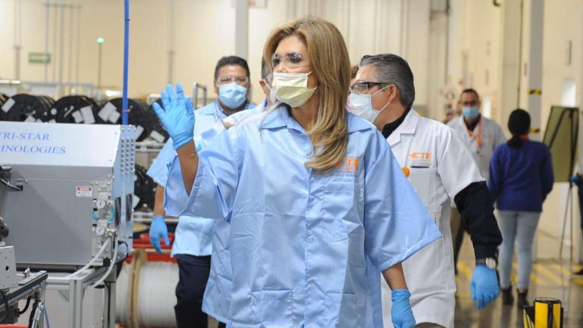 BAJAN RIESGOS. Claudia Pavlovich verificó las instalaciones sanitizadoras. Foto: Especial