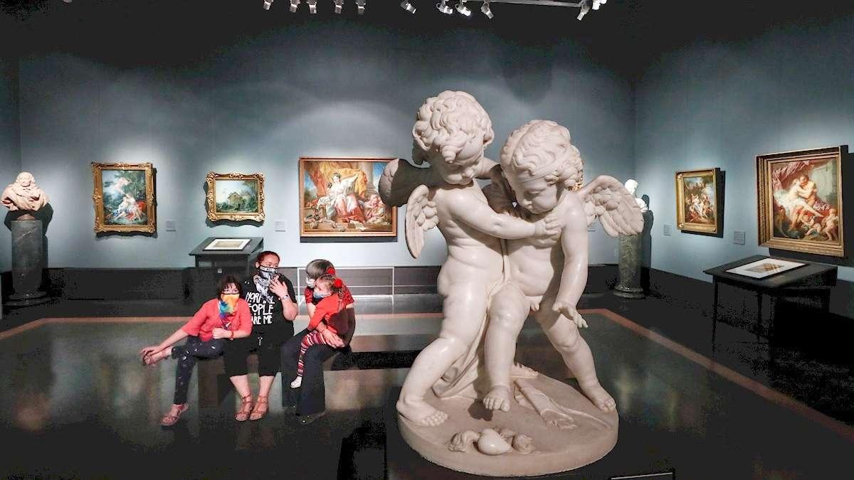 Visitantes observan una escultura del museo Pushkin de Moscú, en Rusia, después de su reapertura. Foto: EFE