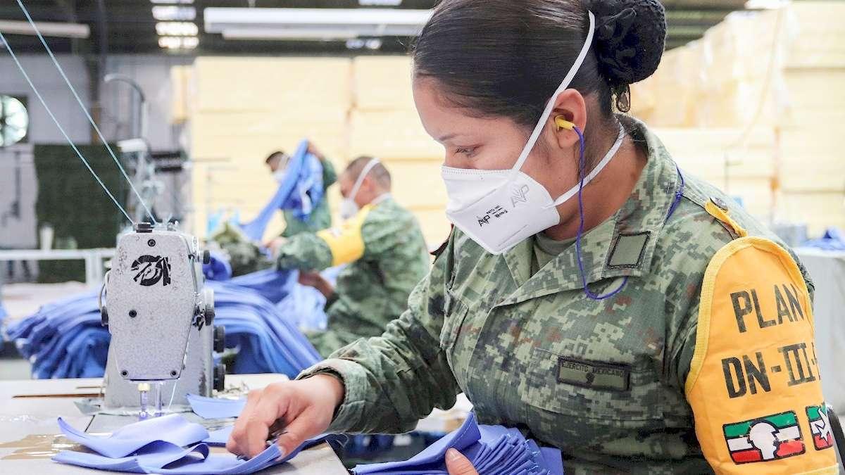 Esta fábrica se dedica a la confección de ropa hospitalaria, la única modificación es que hemos evocado más tiempo a la fabricación de ropa hospitalaria. Foto: EFE