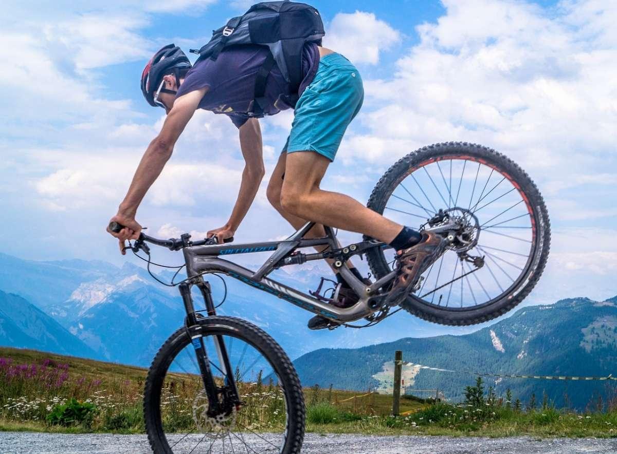 Andar en bicicleta es buen ejercicio para el corazón. FOTO: Pixabay