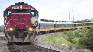 Imagen de un tren color rojo avanzando en unas vías