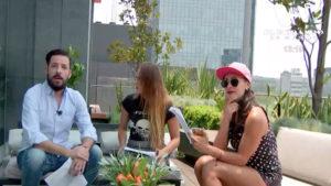 Tres personas sentadas en un sillón, un hombre y dos mujeres