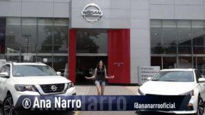 Ana Narro afuera de Nissan Zaragoza con dos carros a los lados