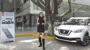 Ana Narro con camioneta y anuncio a un costado en entrada de Nissan Aeropuerto