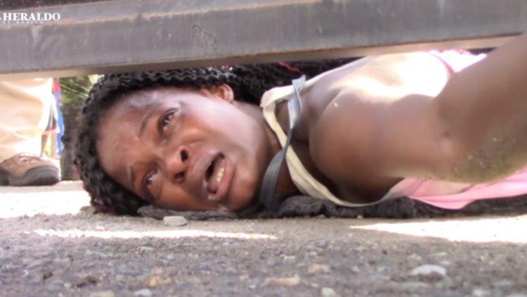 Migrante haitiana llora por atención