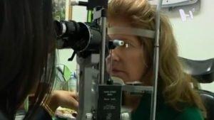Persona con oftalmólogo haciendo un estudio de los ojos