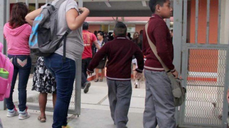 Niños regresan escuela