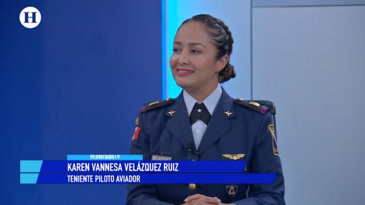 Primera mujer desfile militar avión F5