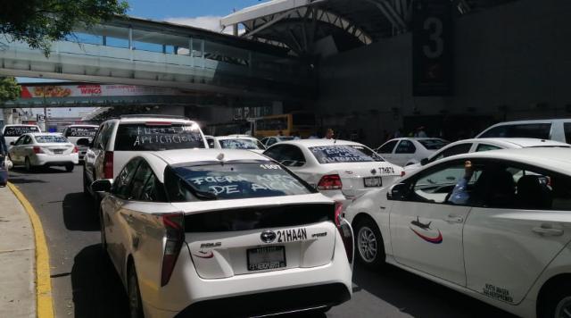 Taxistas bloquean el aeropuerto