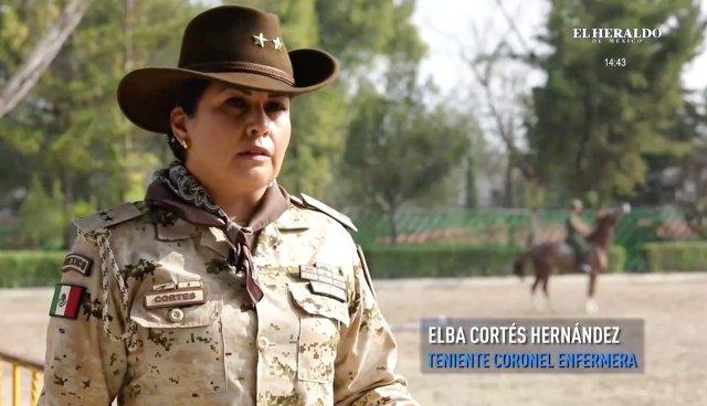 Mujeres militares en el desfile de la Revolución